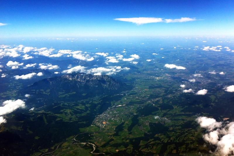 Lufthansa Flug Blick auf die Alpen aus dem Cockpit