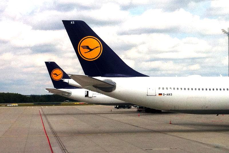 Lufthansa Flugzeug am Flughafen München - den günstigsten Flug finden