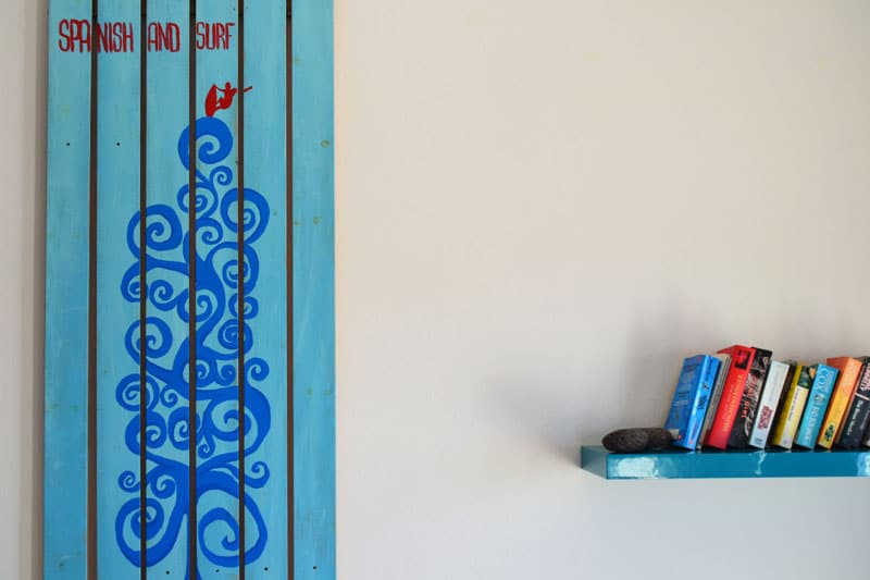 Privatunterkunft: Bücherregal und Kunst bei Spanish and Surf