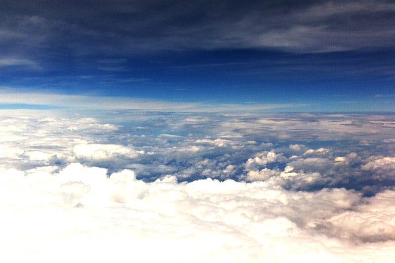 Wolken aus dem Flugzeug fotografiert - den günstigsten Flug finden