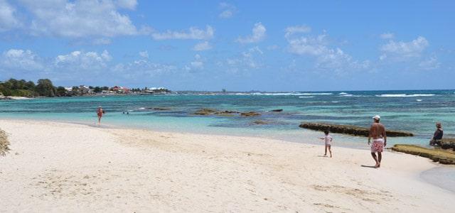 Weißer Sandstrand in der Karibik