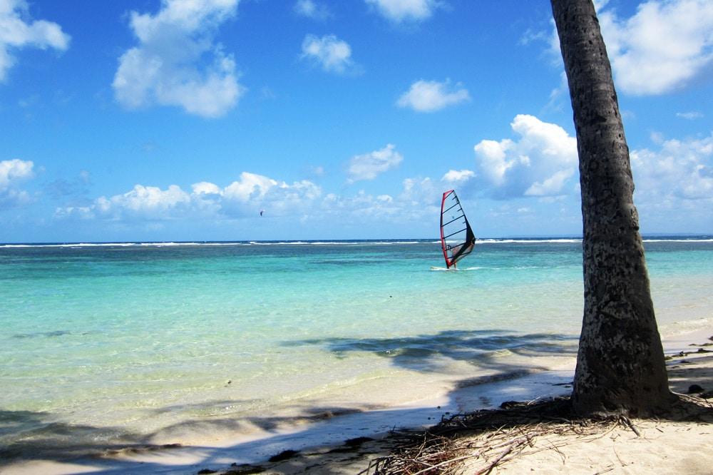 Windsurfen am Strand von Saint Francois Guadeloupe