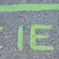 Straße mit Zielmarkierung