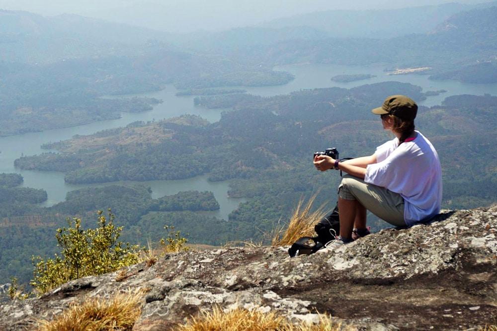 Franzi von Coconut Sports beim Wandern in den Bergen von Kerala