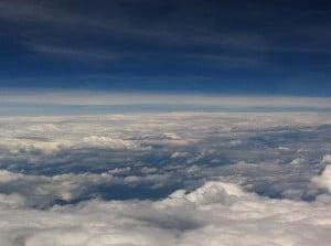 Ist Fliegen noch sicher: Blick auf die Wolken aus dem Flugzeug