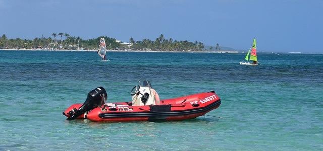 Windsurfer und Motorboot auf Grande Terre, Guadeloupe