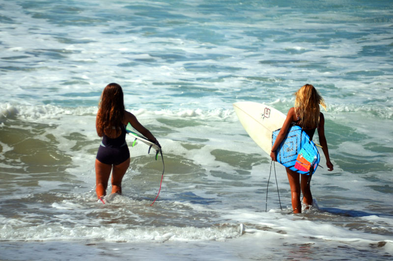 Surferinnen am Playa de Garcey Fuerteventura