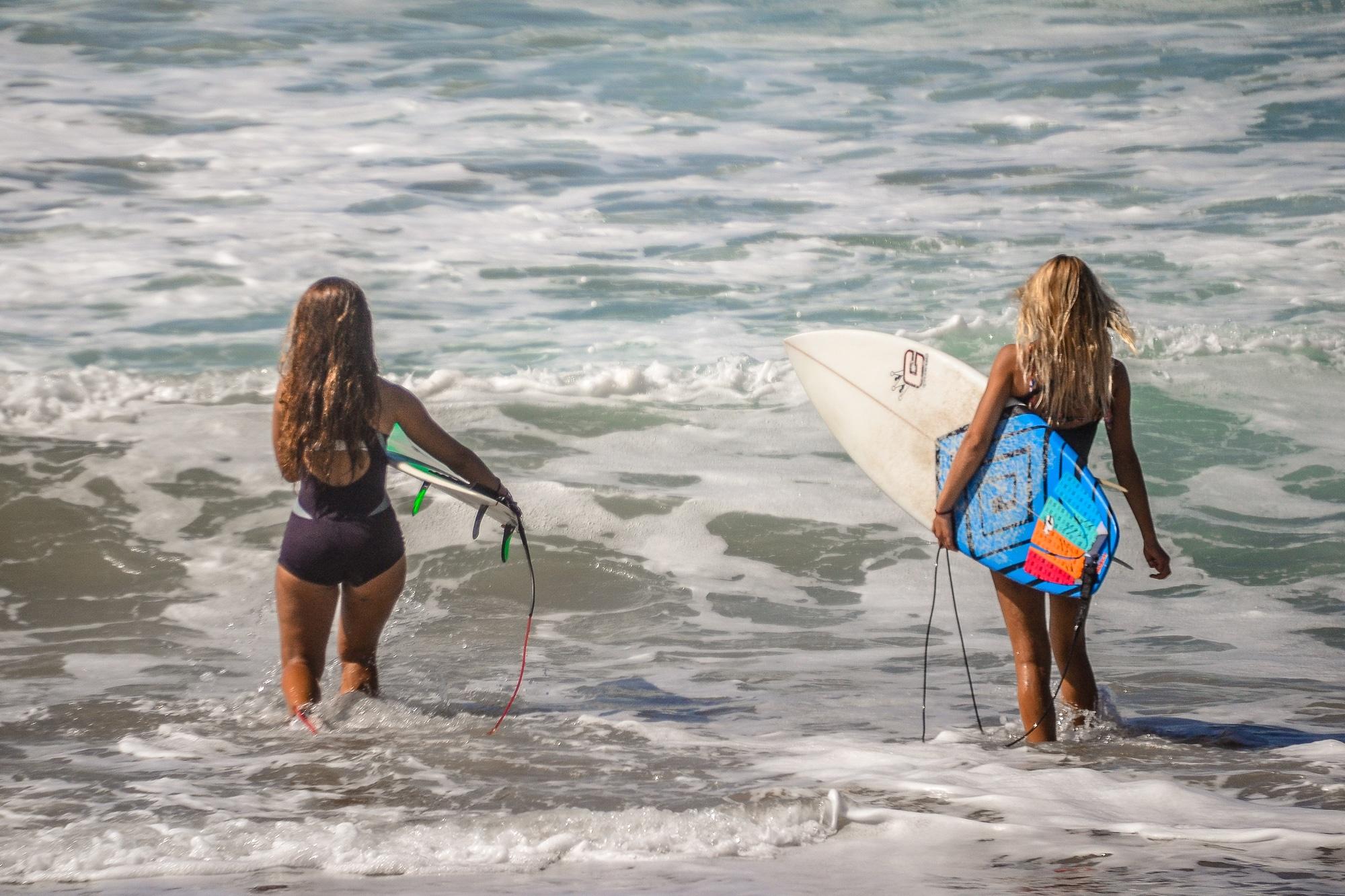 Surferinnen beim Surfwettbewerb auf Fuerteventura