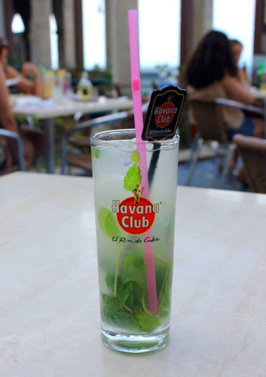 Mojito in einer Bar auf Kuba