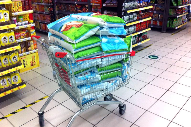 Shanghai unglaublich viel Reis im Einkaufswagen
