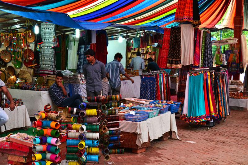 Shopping auf dem Markt in Indien
