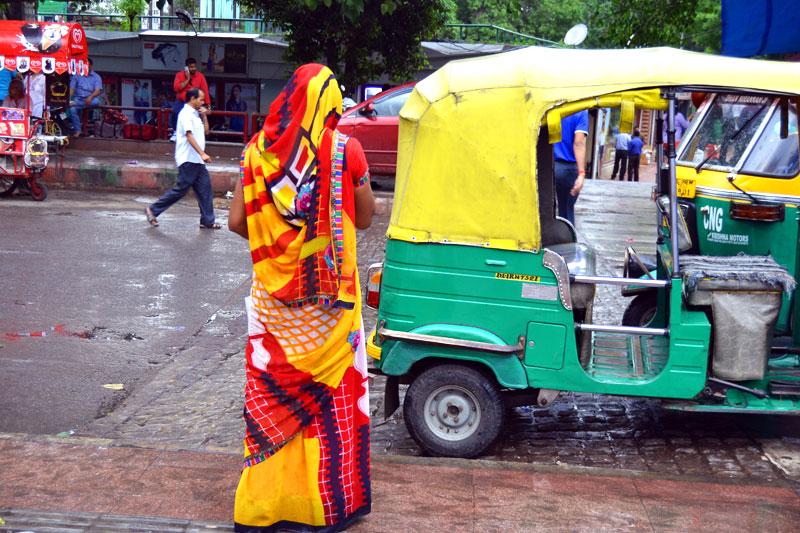Frau im Sari auf der Straße von Delhi - zum ersten Mal in Indien