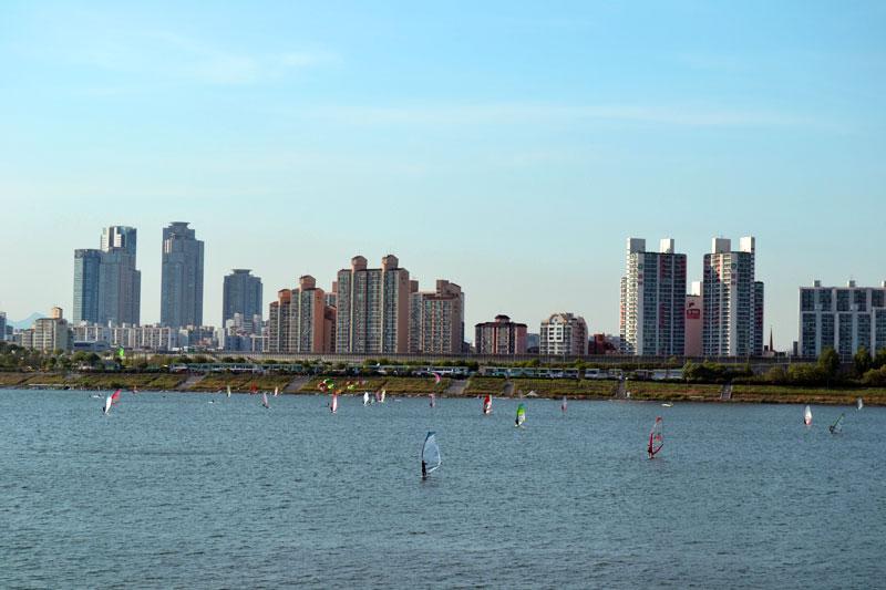 Windsurfen und Kitesurfen im Seoul Hangang River