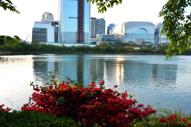 Seokchon Lake Park in Seoul