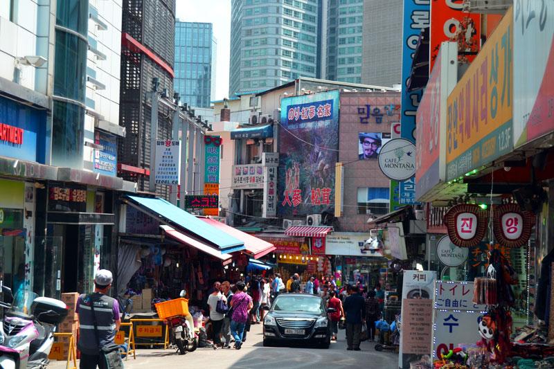 Shopping auf dem Namdaemun Markt in Seoul