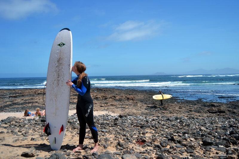 Surferin küsst Surfboard