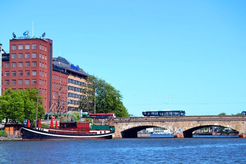 Brücke am Kaisaniemlahti in Helsinki, Finnland