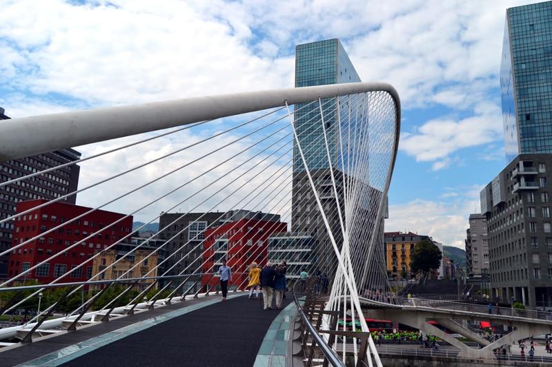 Brücke zum Platz vor dem Guggenheim Museum in Bilbao, Spanien