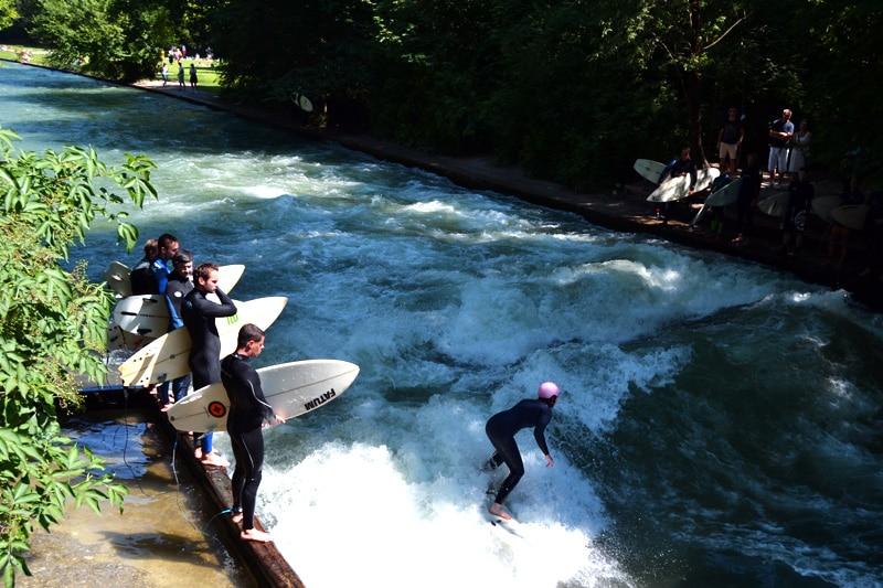 Badestellen an der Isar:Riversurfen am Eisbach im Englischen Garten in München