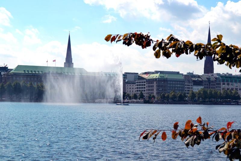 Fontäne an der Alster von Hamburg
