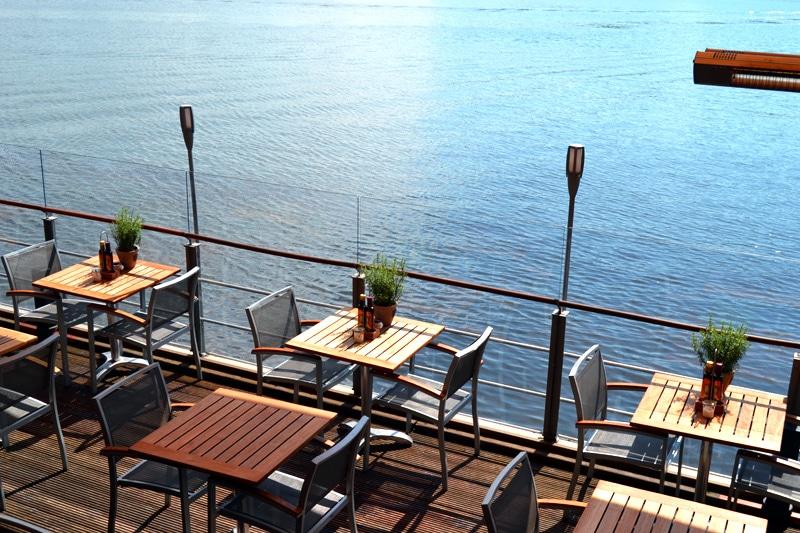 Deutschland: Straßencafe an der Alster in Hamburg