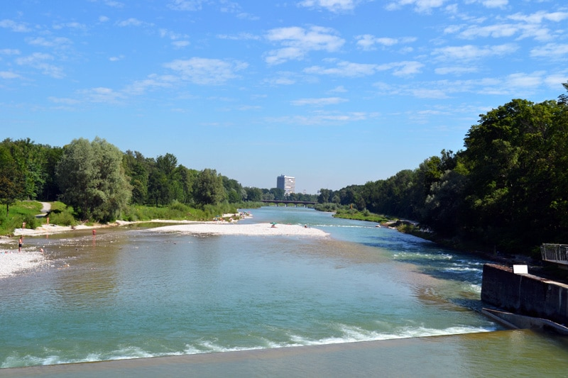Badestellen an der Isar: Blick von der Marienklausenbrücke in München auf die Isar