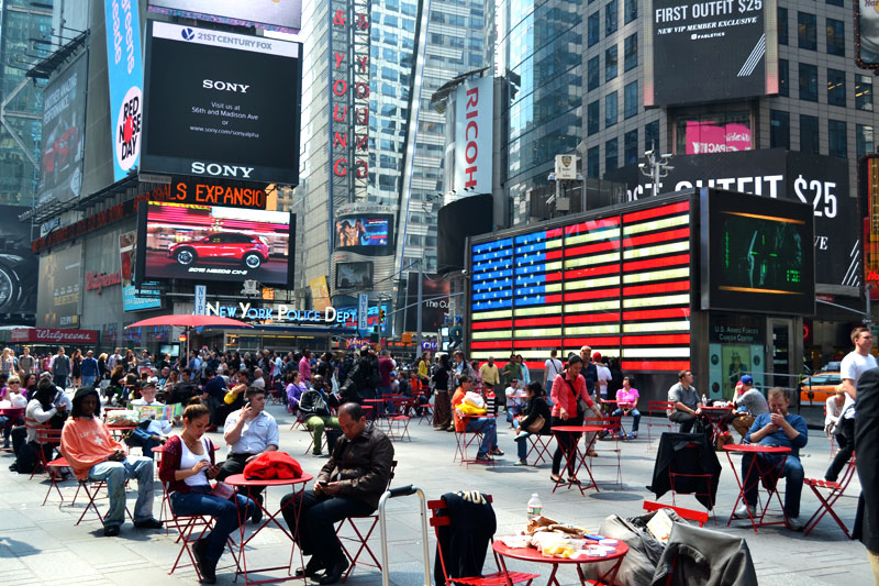 Reise nach New York: Straßencafé am Times Square in New York