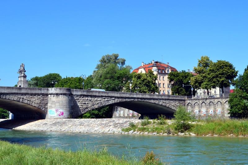Badestellen an der Isar: Isar Strand in der Au an der Wittelsbacher Brücke