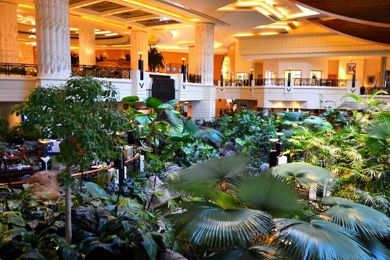 Hotellobby mit Regenwald im Grand Hyatt Dubai