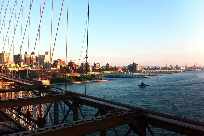 Aussicht von der Brooklyn Bridge im Sonnenuntergang