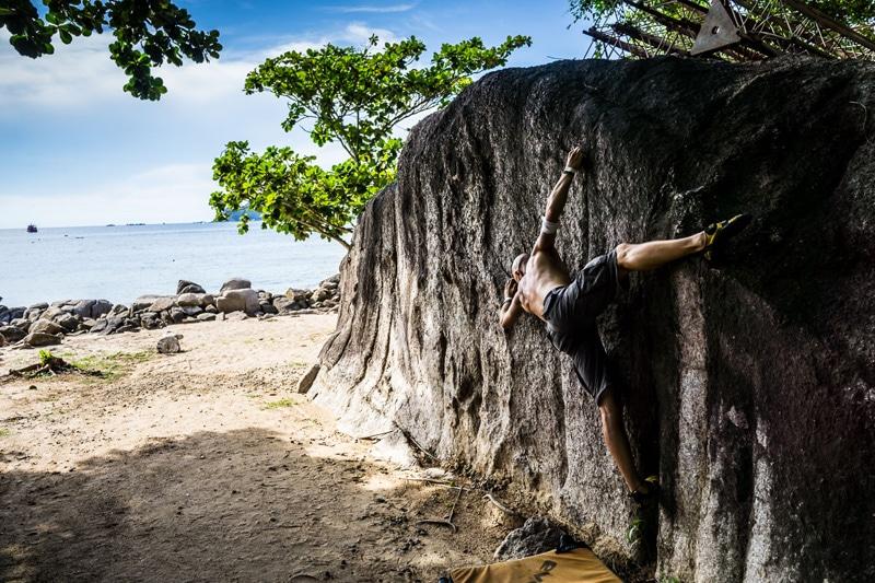 Fit bleiben auf Reisen: Andi von Island Lullaby beim Klettern