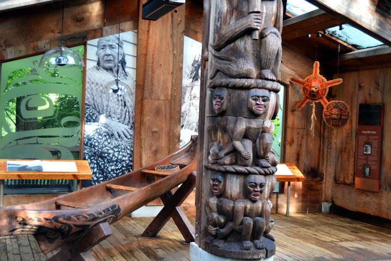 Kunst und Totempfähle der Indianer im Capilano Suspension Bridge Park