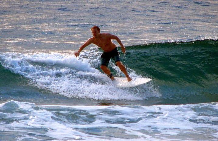 Fit bleiben auf Reisen: Julian von Surfnomade beim Wellenreiten