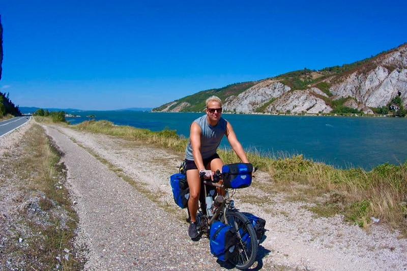 Fit bleiben auf Reisen: Matthias von Traveltelling beim Mountainbiken