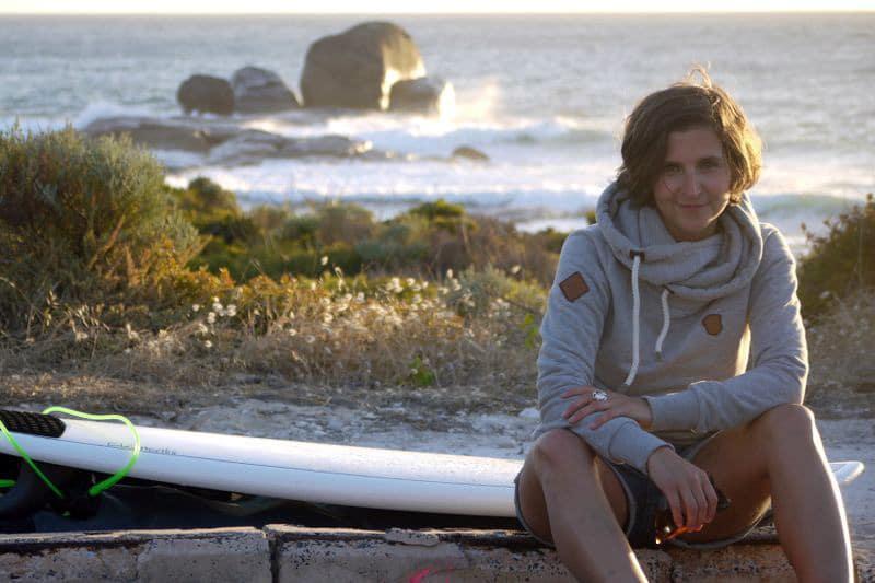 Fit bleiben auf Reisen: Sabine von Seayousoon beim Surfen