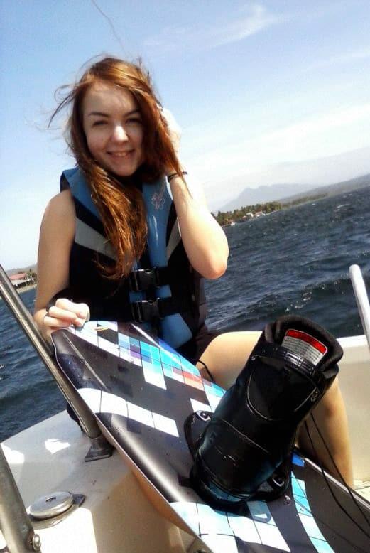 Fit bleiben auf Reisen: Sarah von Solo Abroad beim Wakeboarden