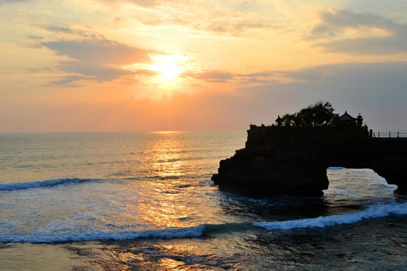 Hindu Tempel auf Bali: Tanah Lot im Sonnenuntergang