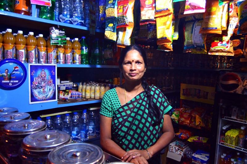 Indische Frau im Laden beim Bull Temple Mysore