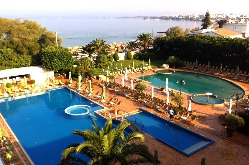 Luxushotels: Divani Apollon Palace Athen Pool und Ausblick Balkon