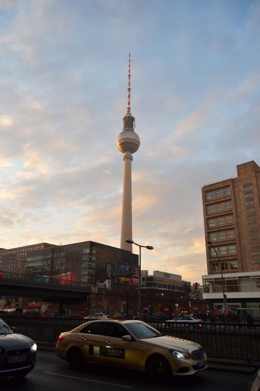 Berlin Alexanderplatz Fernsehturm im Sonnenuntergang