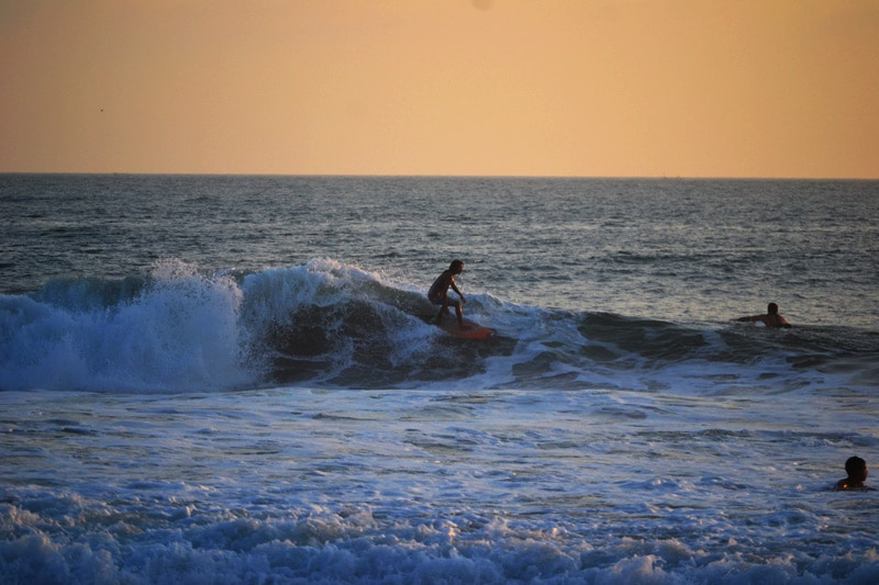 Surfer am Echo Beach in Canggu bei Sonnenuntergang