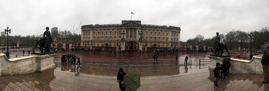 Buckingham Palace in London im Regen