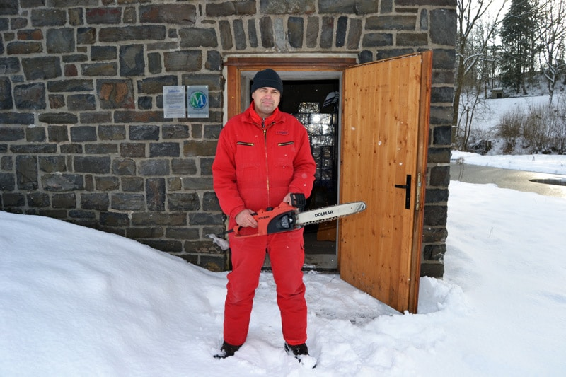 Eiskünstler Joachim Knorra vor dem Eishäuschen in Hallenberg