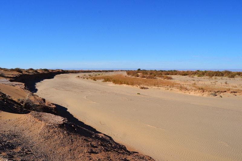 Ausgetrockneter Fluss Oued Myet in der marokkanischen Wüste Sahara