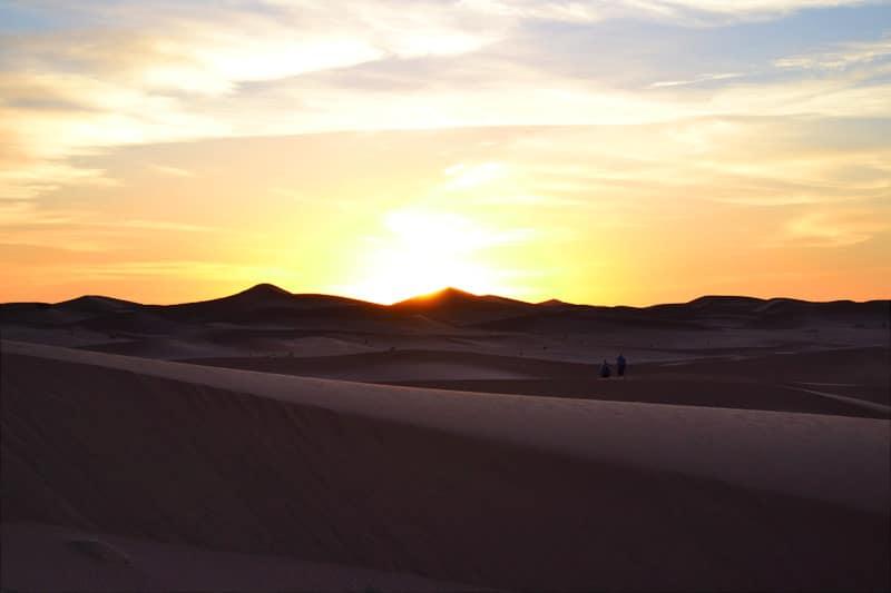 Sonnenaufgang und Sonnenuntergang in der Sahara Wüste Marokko