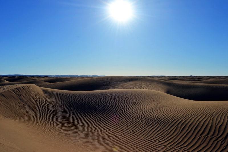 Dünen in der Sahara Wüste von Marokko: Dünen und Sandformationen beim Trekking
