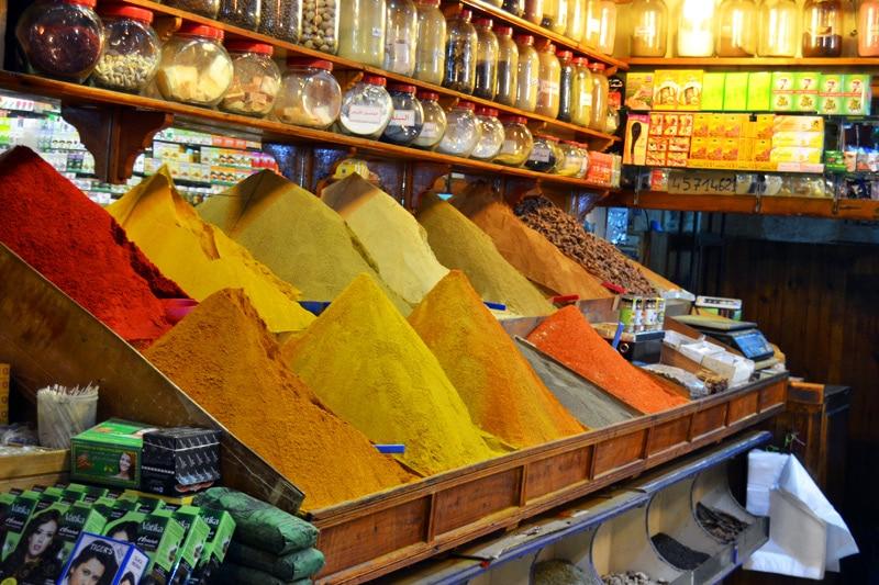 marrakesch-souk-markt-marktplatz-gewuerzladen