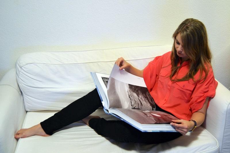 Franzi von Coconut Sports mit dem Surfing Bildband vom Taschen Verlag