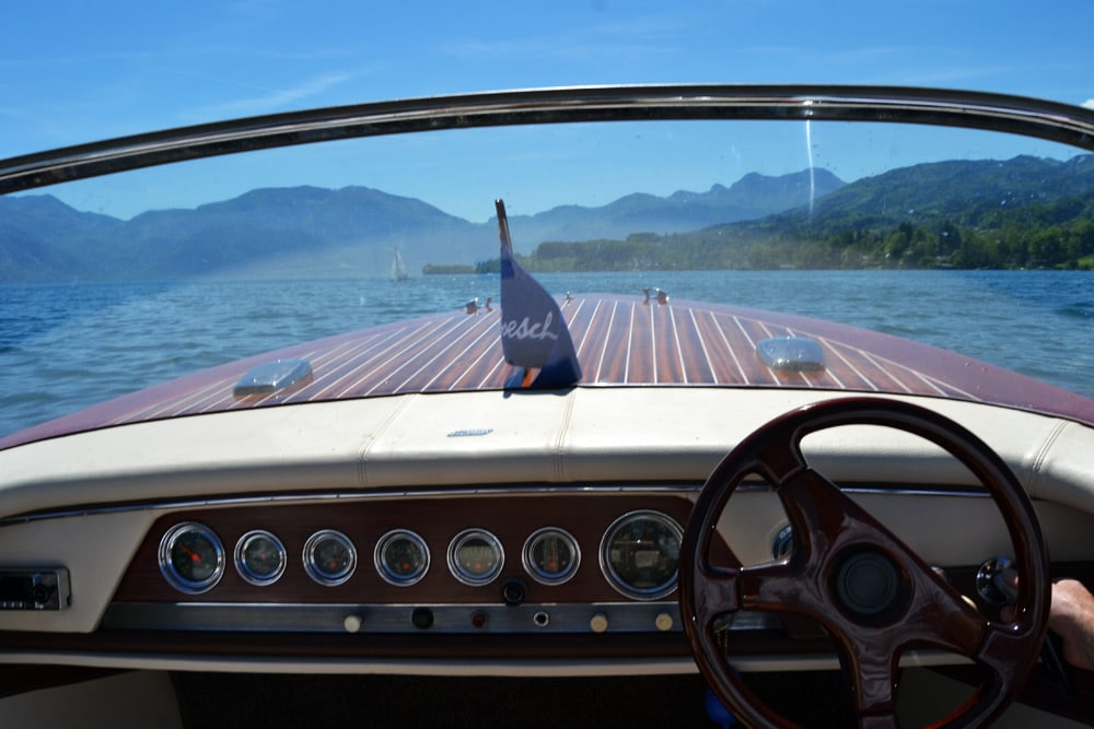 Motorboot fahren am Attersee in Österreich