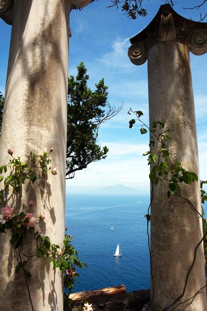 Villa Lysis und Blick auf das Meer mit Vesuv im Hintergrund und Blick auf den Hafen Capris